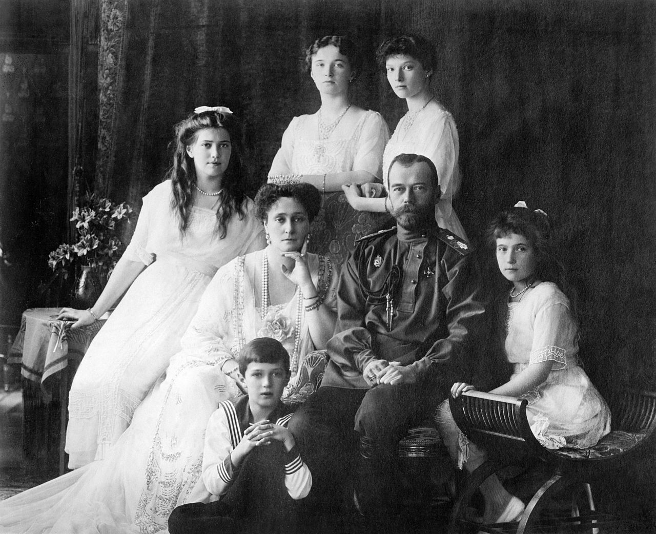 https://360tv.ru/media/uploads/article_images/2018/07/7274_1280px-Family_Nicholas_II_of_Russia_ca._1914_1.jpg