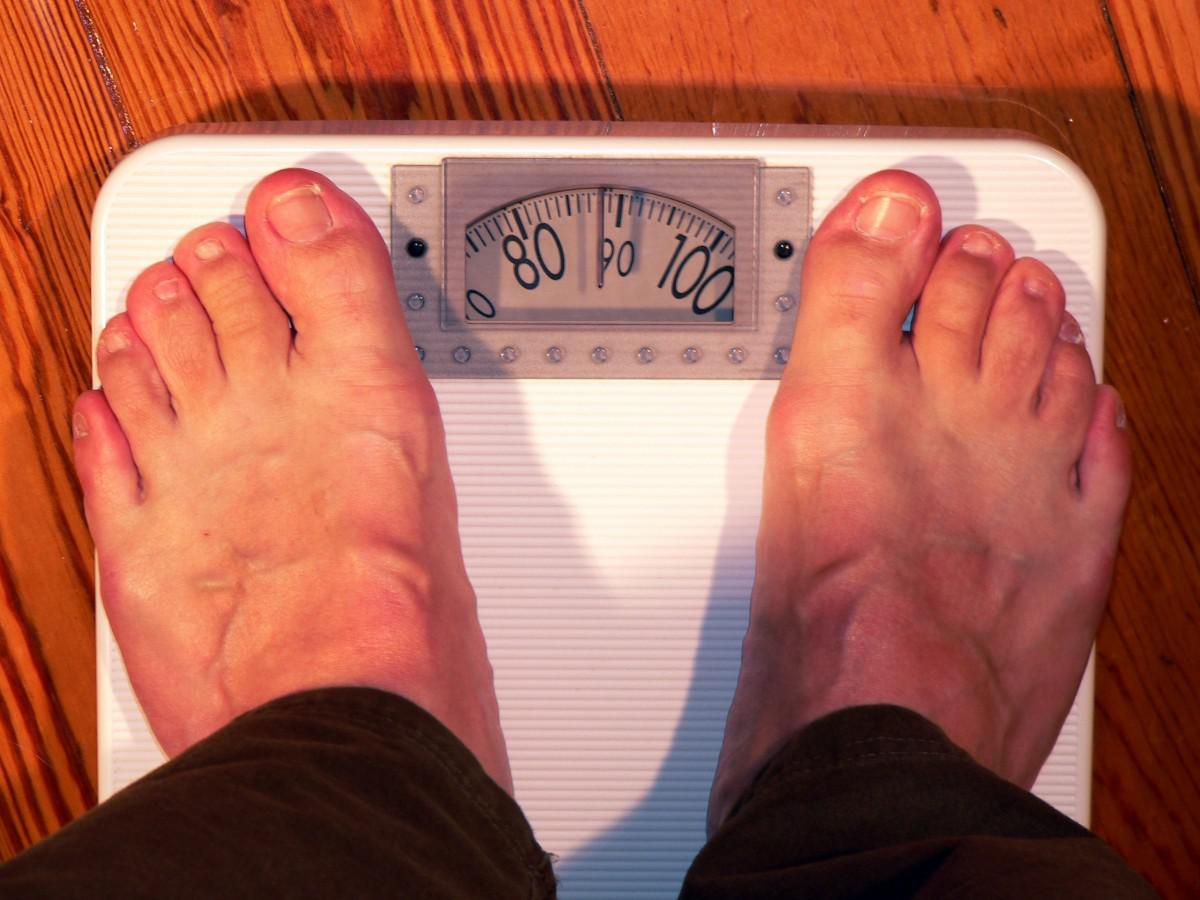 https://360tv.ru/media/uploads/article_images/2018/12/23290_horizontal_bathroom_scale_weight_weigh_coloring_feet_overweight_weight_control-1122762.jpg