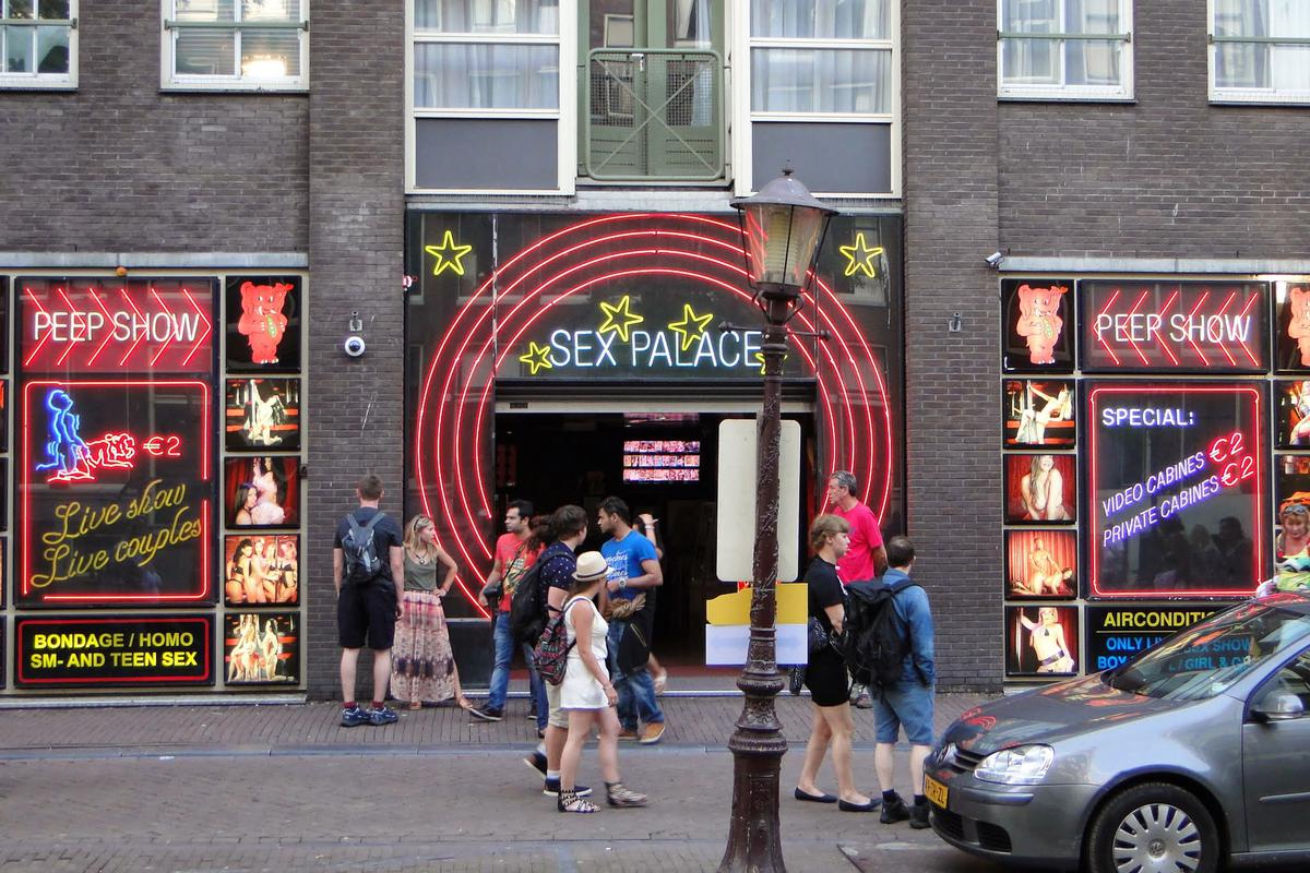 https://360tv.ru/media/uploads/article_images/2019/03/31451_Sex_theater_in_Amsterdam_red_light_district.JPG