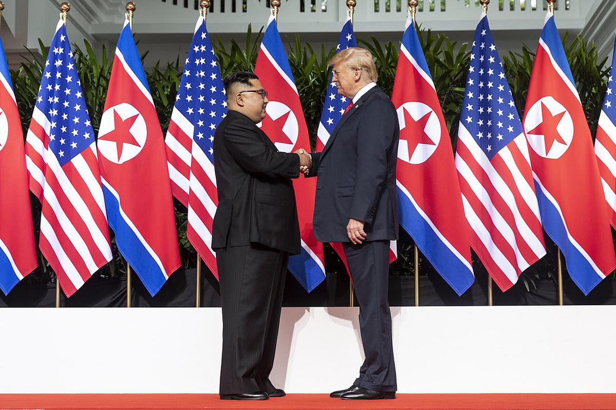 https://360tv.ru/media/uploads/article_images/2019/04/33944_1280px-Kim_and_Trump_shaking_hands_at_the_red_carpet_during_the_DPRKUSA_Singapore_Summit.jpg