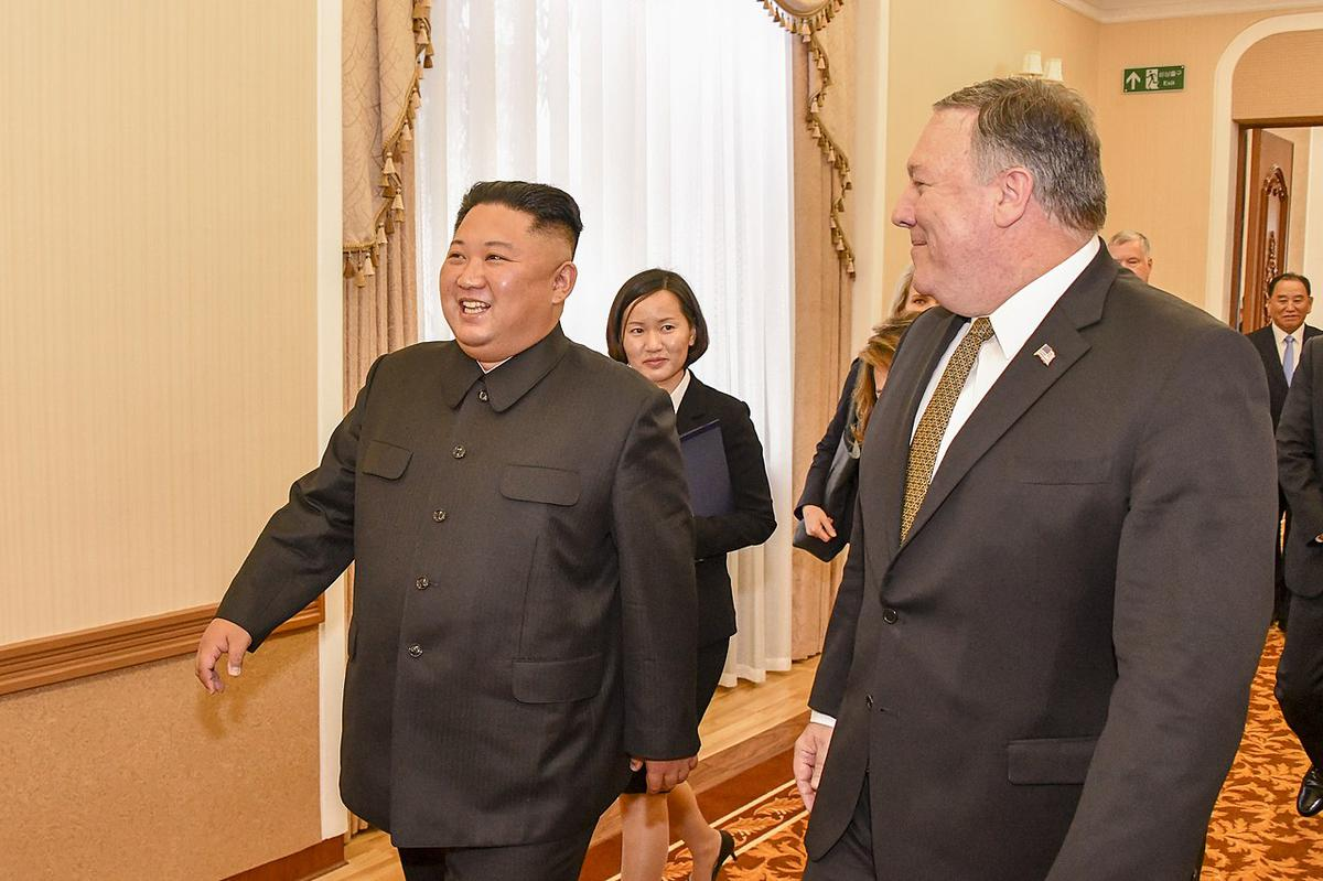 https://360tv.ru/media/uploads/article_images/2019/04/33945_1280px-Secretary_Pompeo_and_Chairman_Kim_Attend_Working_Lunch_in_Pyongyang_44430194844.jpg