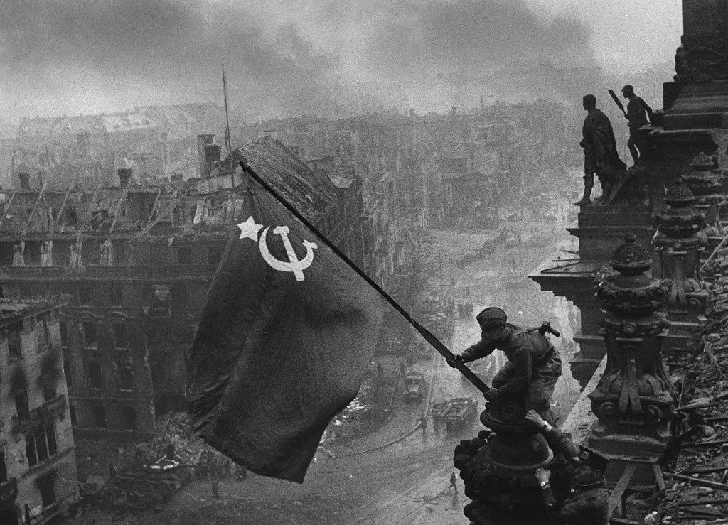 https://360tv.ru/media/uploads/article_images/2019/05/1041_1024px-Raising_a_flag_over_the_Reichstag_original.jpg